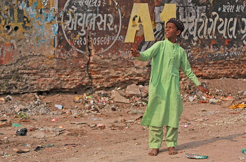 Kite Puller II, flickrfan, ahmedabad, gujarat, uttarayan, patang, kite, festival, people, children, muslim, slum, india, poverty,photo by Meanest Indian on FlickrFan Stan's site licensed under Creative Commons